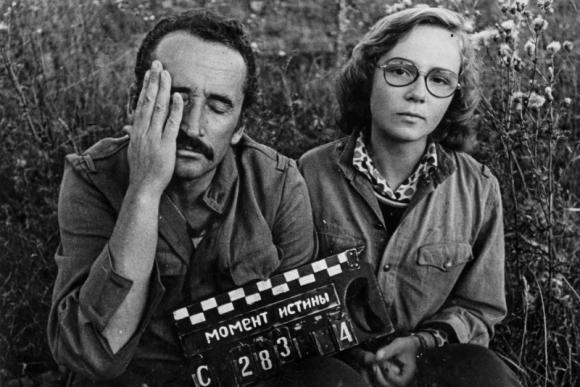 """Vytautas Žalakevičius su dukra Vita Želakevičiūte filmuojant """"Tiesos momentą"""", 1975"""