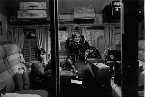 """Anna May Wong ir Marlene Dietrich Josefo von Sternbergo filme """"Šanchajaus ekspresas"""" (1932 m.)"""